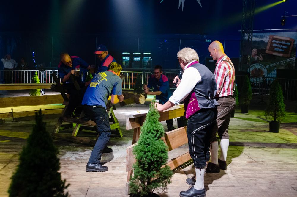 Terwijl Bas en Joey een beetje aan het zagen zijn, houden Richard en Perry zich met belangrijke zaken bezig: het stabiliseren van de zaagbok én het drinken van een pot bier. Over multitasken gesproken....