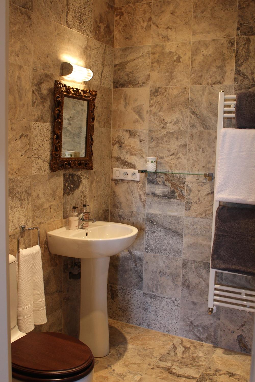 Pink Room En Suite IMG_2572.jpg