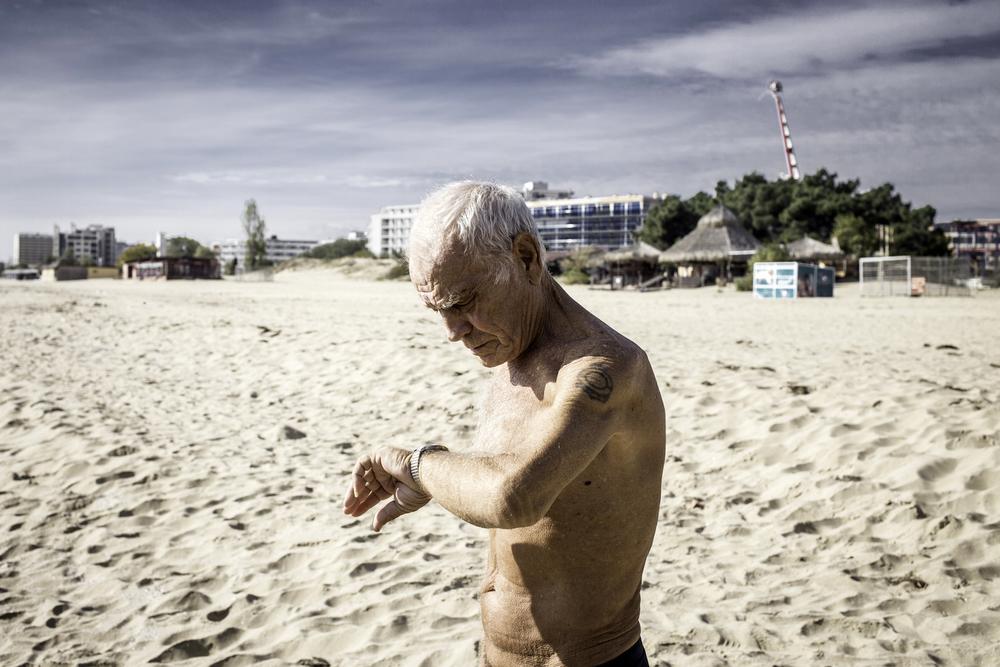 """Oleg, 67, aus Russland. Er und seine Frau besitzen ein Appartement am """"Sonnenstrand"""", wo sie die Wintermonate verbringen, Bulgarien, 2014"""