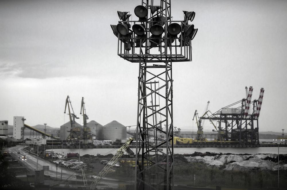 """Der Hafen von Burgas am 18. Oktober 2014. Vor Anker: das italienische Offshore-Arbeitsschiff """"Castoro 6"""", das am Bau von South Stream beteiligt war, Burgas, Bulgarien, 2014"""