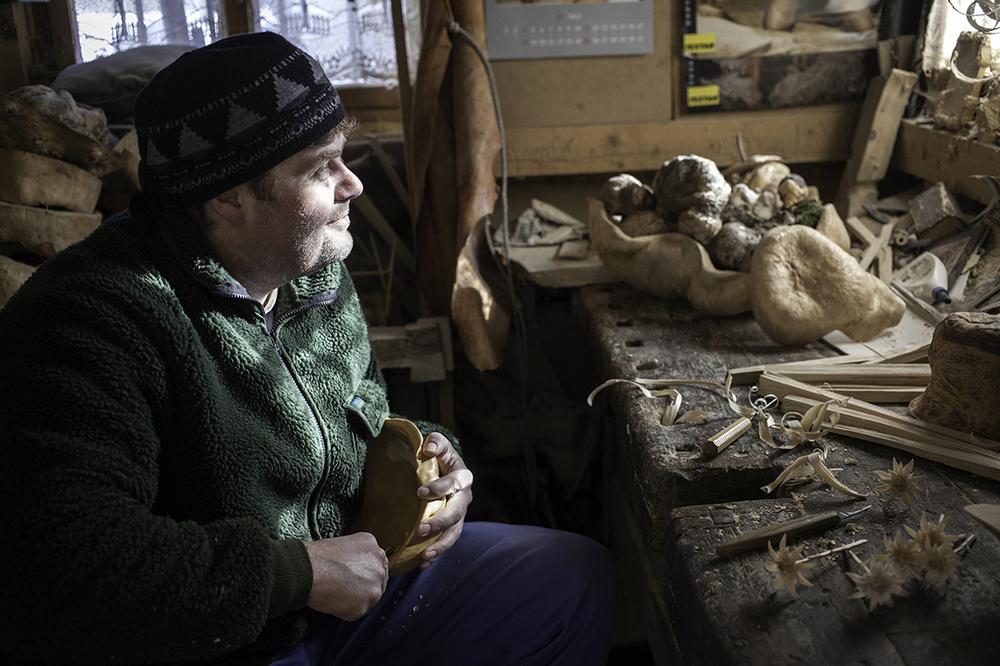 Rudolf Peukert, wood carver, Fischbachau, 2015