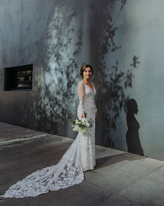 The light! Those shadows! The dreamy bride! @ambergressphotography capturing the magic 💫