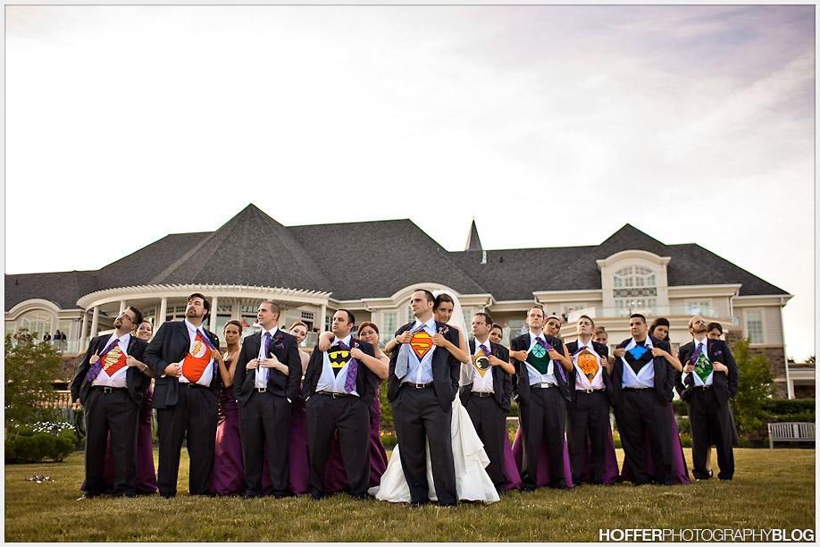 El novio y los padrinos en la boda de Erin y Tim revelaron sus identidades secretas como superhéroes.