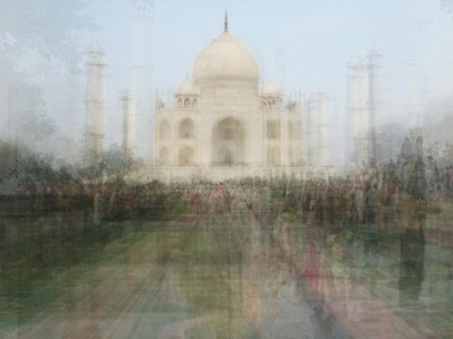 Corinne Vionnet  arma  collages superponiendo cientos de fotografías de atracciones turísticas encontradas en Internet .