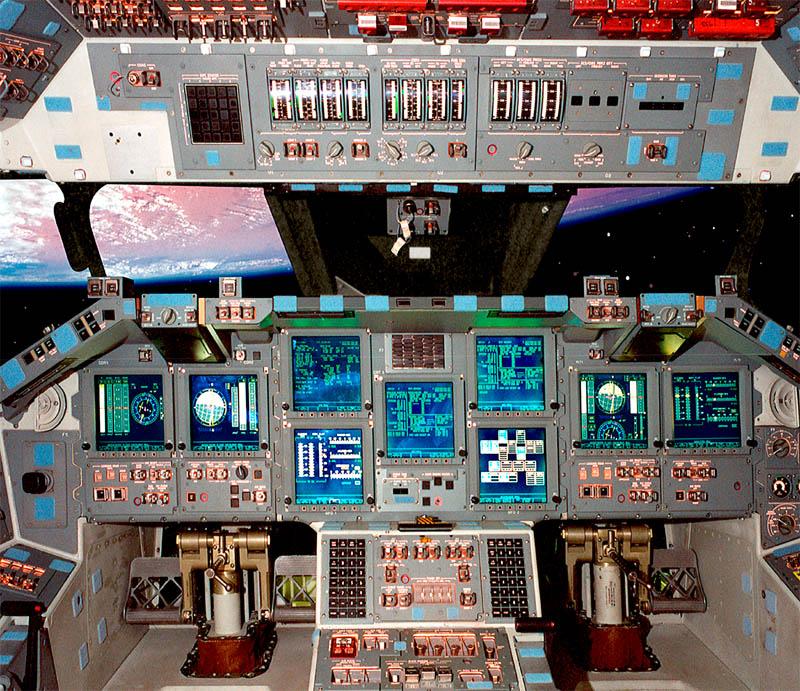 Colección de fotografías de paneles instrumentales, como el del transbordador espacial Atlantis que se ve acá arriba.