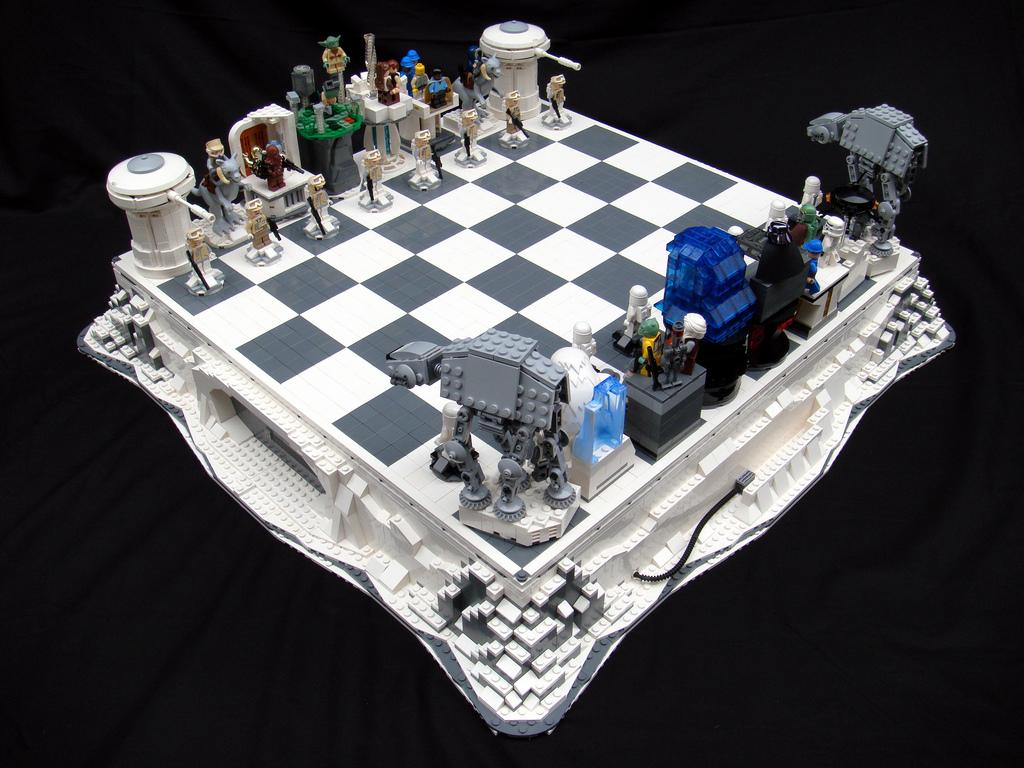 Juego de ajedrez inspirado en la película El Imperio Contraataca construido con bloques Lego, obra de Brandon Griffith.
