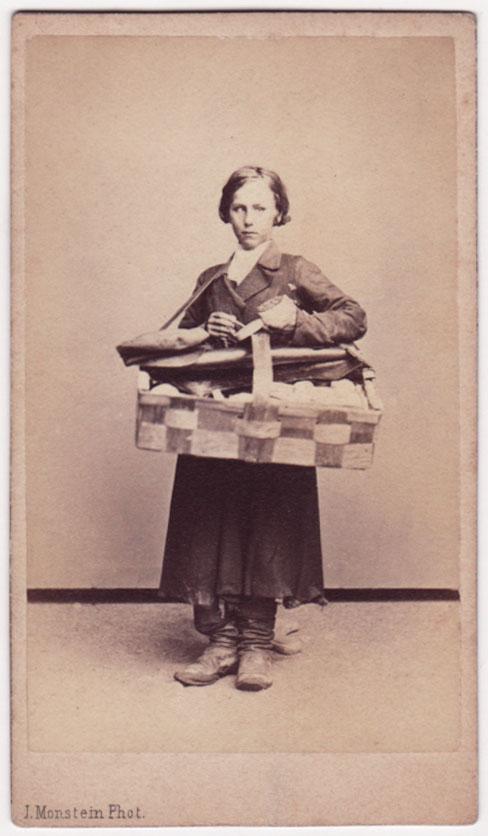 Archivo de  fotografías de mediados del siglo XIX que retratan a habitantes de Moscú dedicados a distintos oficios , como la vendedora de fósforos de aquí arriba. ( vía )