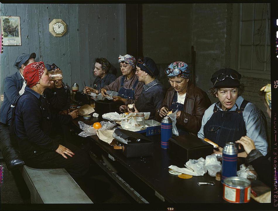 El gran fotoblog Captured del Denver Post publica una serie de fotografías a color de la vida diaria en Estados Unidos tomadas entre 1939 y 1943. Arriba, empleadas de la Chicago and Northwest Railway Company en Clinton (Iowa) charlan durante su hora de descanso. (vía)