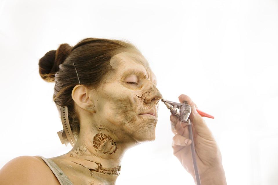 La transformación de una joven actriz en un espantoso zombie  para  The Walking Dead .