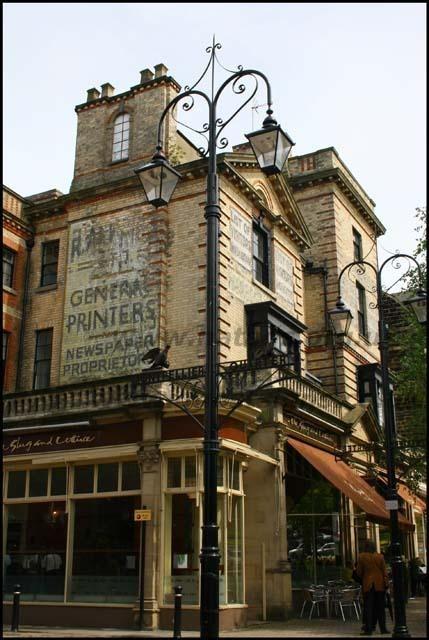 """Enorme archivo fotográfico dedicado a """"carteles fantasma"""" en Inglaterra: avisos publicitarios que a mediados del siglo pasado se pintaban directamente sobre las paredes de los edificios y que, en muchos casos, perduran hasta hoy. (vía)"""
