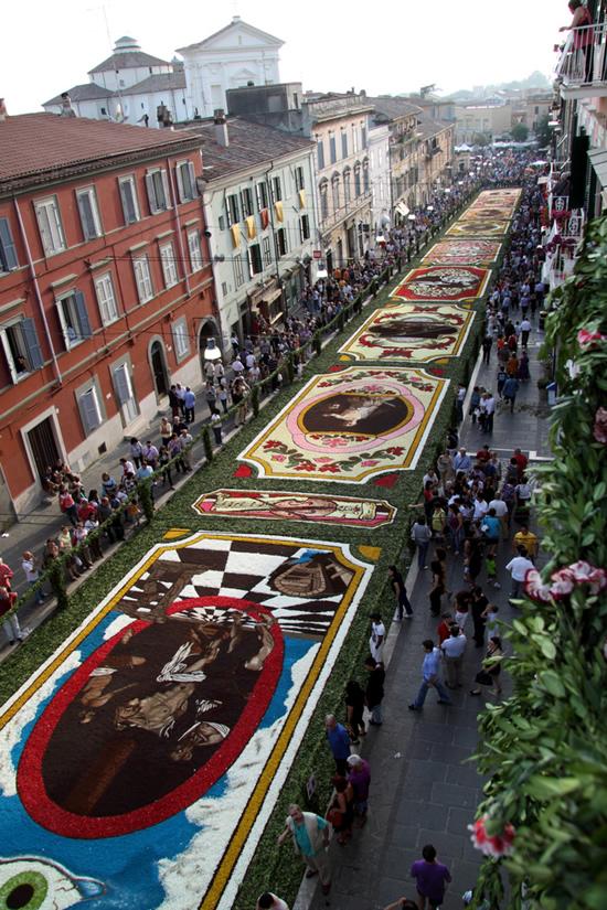 La  Genzano Infiorata  es un festival romano durante el cual la via Belardi se cubre con intrincadas alfombras hechas con flores. ( vía )