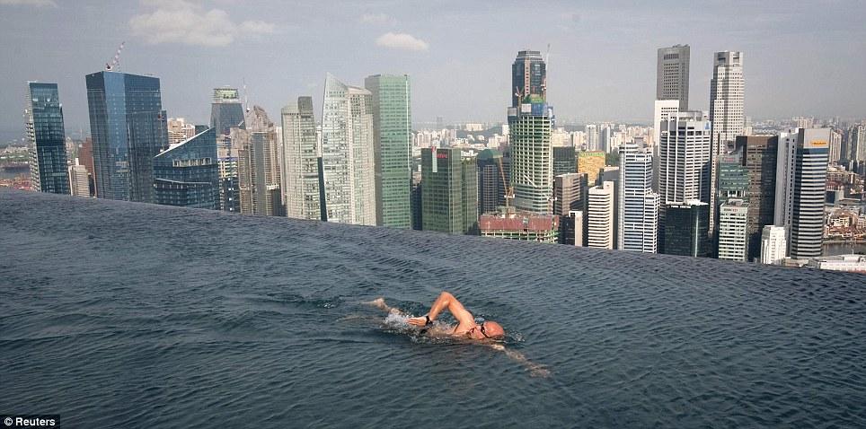 La  impresionante pileta infinita  en el piso 55 del hotel  Marina Bay Sands  en Singapur. ( vía )