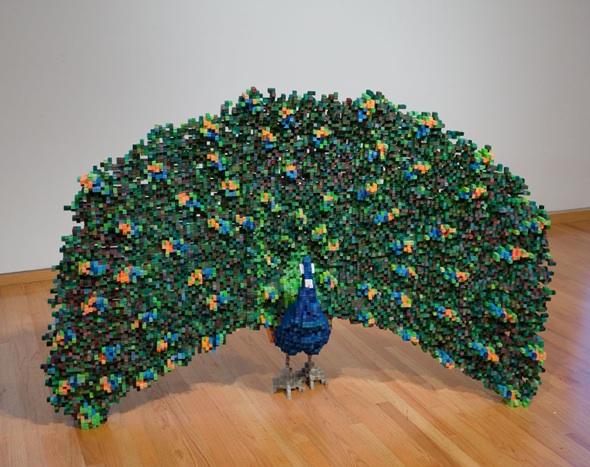 Las esculturas pixeladas de Shawn Smith están construidas a base de bloques de madera coloreada. (vía)