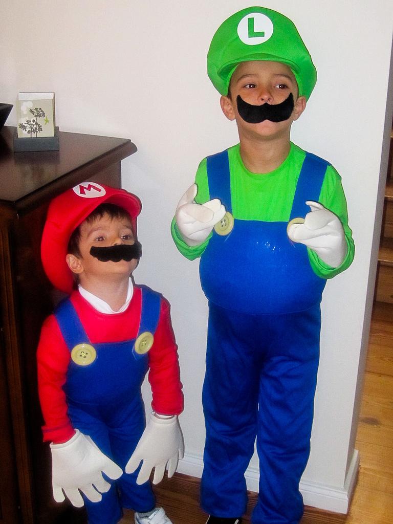 Gonzalo y Mateo se toman muy en serio sus roles cuando juegan a la Wii. La próxima vez uso la cámara buena (la que no tiene restos de dulce de leche en la lente) para sacar la foto.
