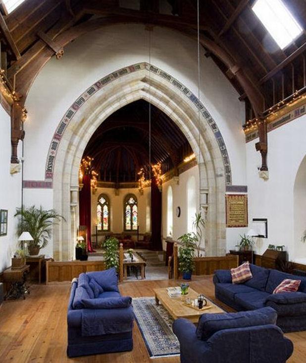 Una iglesia convertida en una casa de familia  . ¿Será necesario rezar de noche viviendo ahí? ( vía )