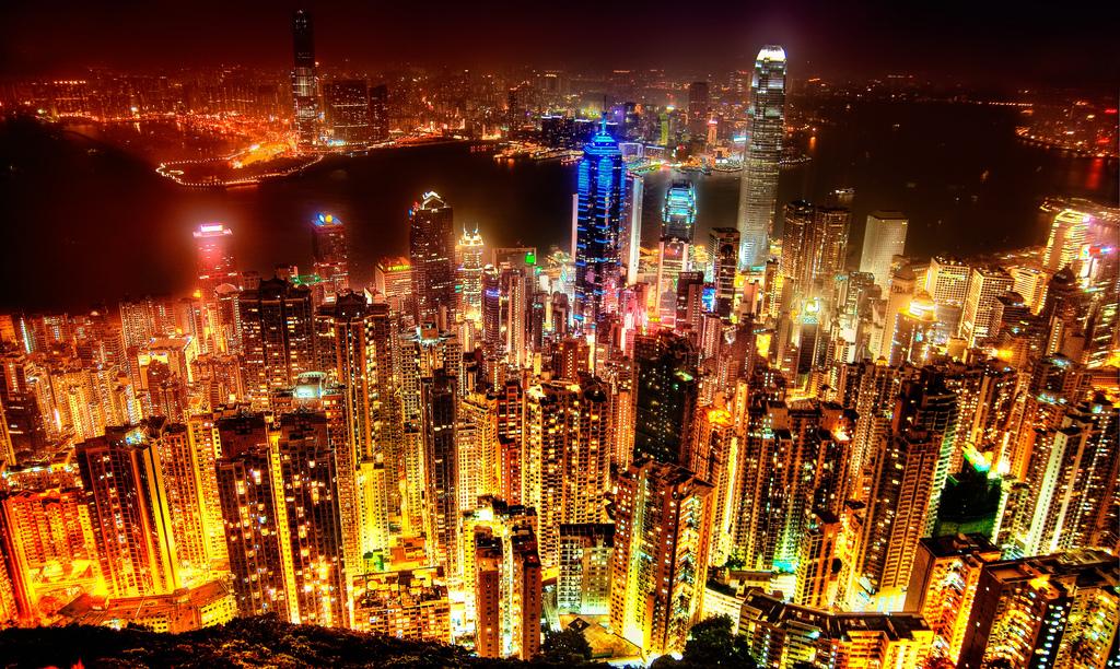 Hong Kong de noche. Fíjense que hay una lamparita quemada en algún lugar. (vía)