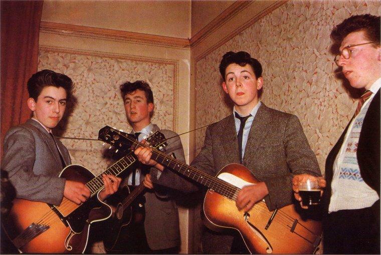 Para cerrar esta seguidilla Beatle, una foto de 3 de los 4en 1958. Harrison tenía 15. — vía Reddit