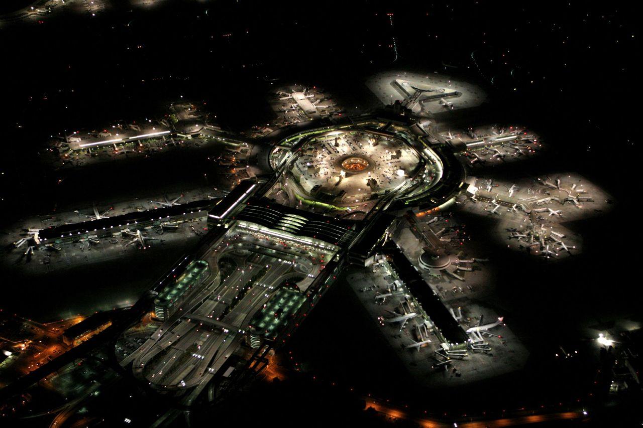 El aeropuerto de San Francisco, visto de noche. — vía Reddit