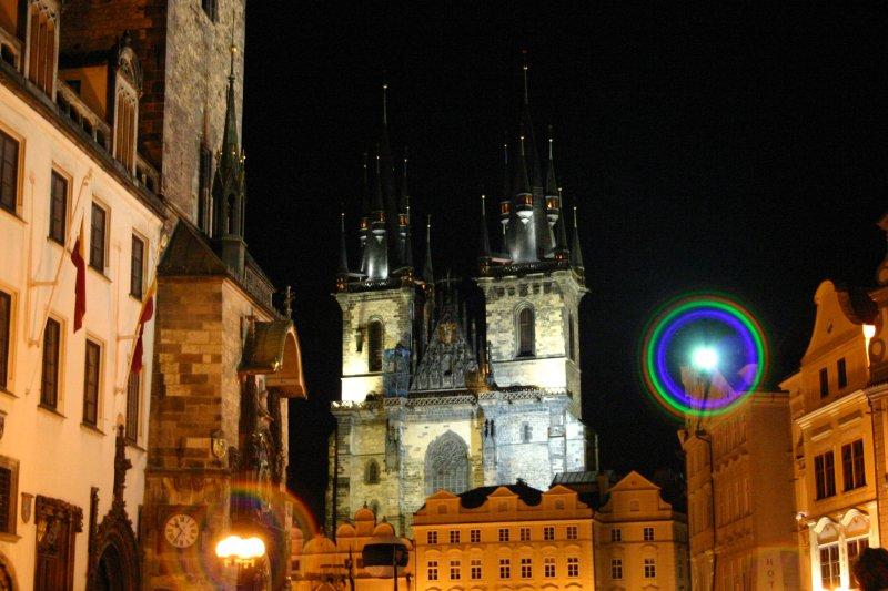 Vista nocturna de la plaza principal de Praga