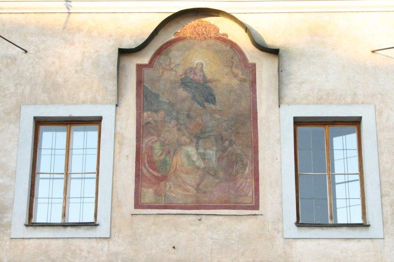 Uno de los cientos de frescos que decoran las fachadas en la ciudad