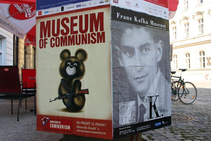 El Museo del Comunismo, justo arriba del McDonald's. Franz sonríe.