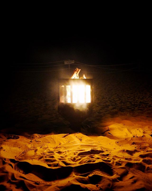 Fuego y arena. . . . . . #beach #sand #night #fire #summer