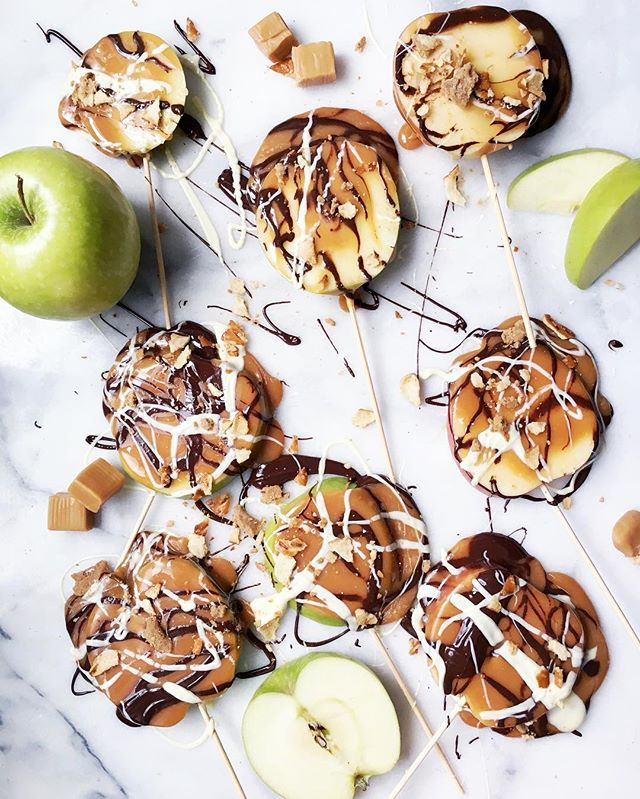 Caramel Apple Pops with Chocolate drizzles & peanut butter pretzel crumbles 👌🏻 full demo on my @nom channel, and a fab festive Sunday snack! Link in profile