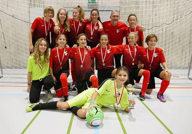 Beim 14. BELLINI CUP 2019 in Schlieren belohnte sich das D-Leistungsteam für ihre starken Leistungen in der Halle: Sie behielten die Nerven im Penaltyschiessen, setzten sich in einem dramatischen Finale durch und sicherten sich damit den verdienten 1. Platz 🏆🥇 des Traditionsturniers. Wir gratulieren herzlich zu dieser tollen Leistung! Macht weiter so! 😁👏⚽️👍 #ffcsuedostzuerich #ffcsuedost #soccergirls #frauenfussball #soccergirl #womensoccer #frauenamballbesseralsmanndenkt #juniorinnen