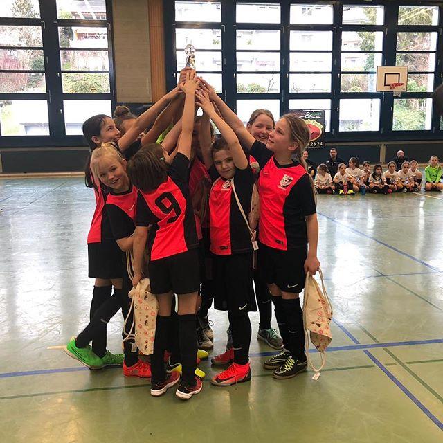 Unsere Eb-Juniorinnen gewinnen das Finalspiel am Hallenturnier in Stäfa und holen sich den Turniersieg im Elfmeterschiessen! 🥇🏆👏⚽️ Wir gratulieren unseren jungen Nachwuchs-Spielerinnen herzlich zu dieser tollen Leistung! 😊👍 #ffcsuedostzuerich #ffcsuedost #hallenturnier #juniorinnen #soccergirls #womensoccer #frauenfussball #hallenfussball