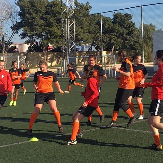 Trainingslager unseres Frauen 3. Liga Teams in Valencia. Bei angenehmen 18 Grad und viel ☀️-Schein lässt es sich gut auf die Rückrunde vorbereiten. 😊 Das Testspiel konnte mit 👌 : ⚽️⚽️ gewonnen werden! Herzliche Gratulation an das Team und den Staff! 🎊🎉 #ffcsuedost #ffcsuedostzuerich #frauenfussball #womensoccer #womensoccerteam #trainingslager #soccergirls #frauenamballbesseralsmanndenkt
