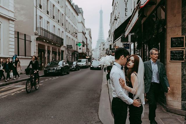 I really love the way @myhunniebee dressed herself for a couple photoshoot with me, it was not any fancy dress standing in a famous glory place of Paris, it's simple her in a effortless black dress with her man on a busy local street as it's a part of her everyday life. ❤️ #pariswithyou