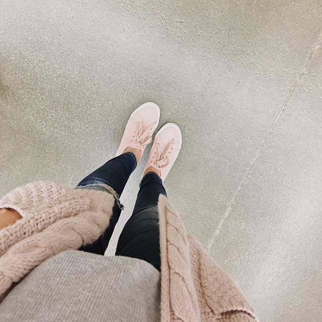 Just give me all the blush tones please!!! 💕Also, this cardi is on flash sale at @tulaboutique for the next few hours!!! #sweaterweather #sneakers