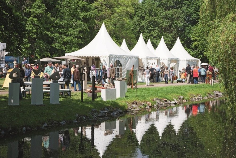 Auch in diesem Jahr können sich Garten- und Naturliebhaber, Freunde der Naturmode und des Country Livings auf die Veranstaltung im schönen Ambiente der königlichen Sommerresidenz, im Georgengarten der     Herrenhäuser Gärten    , freuen.