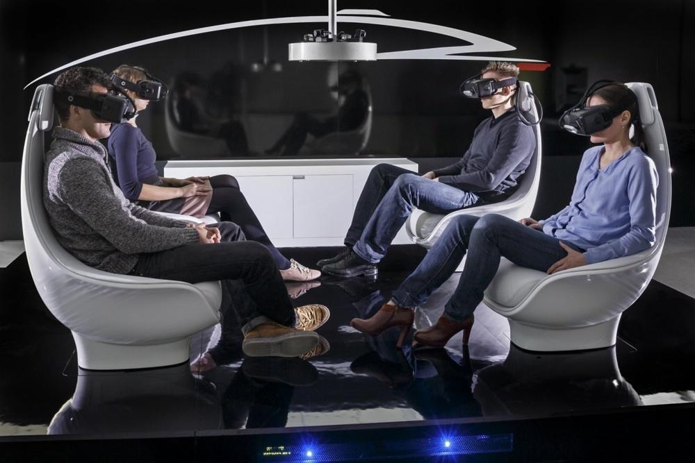 Un concept de voiture autonome chezMercedes et ses occupants en grande conversation.