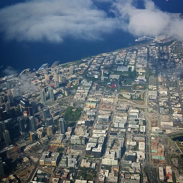 A view from the #airplane #flying into #seattle #spaceneedle #deltaairlines #sunnyday #overheadshot #clouds