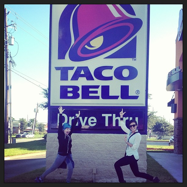 Found the biggest @tacobell sign ever at a #TacoBell in #Houston ,TX while filming. #EverythingsBiggerInTexas #LiveMas @tacobellcareers #TacosInMaTummy (at Taco Bell)