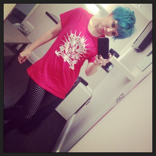 Another great show in rockin #Nottingham . Now sportin my after show @federalcharm tee dress . #itsreallyanXL #thisisWhereRobinHoodIsFrom #rednblue #heartleggings
