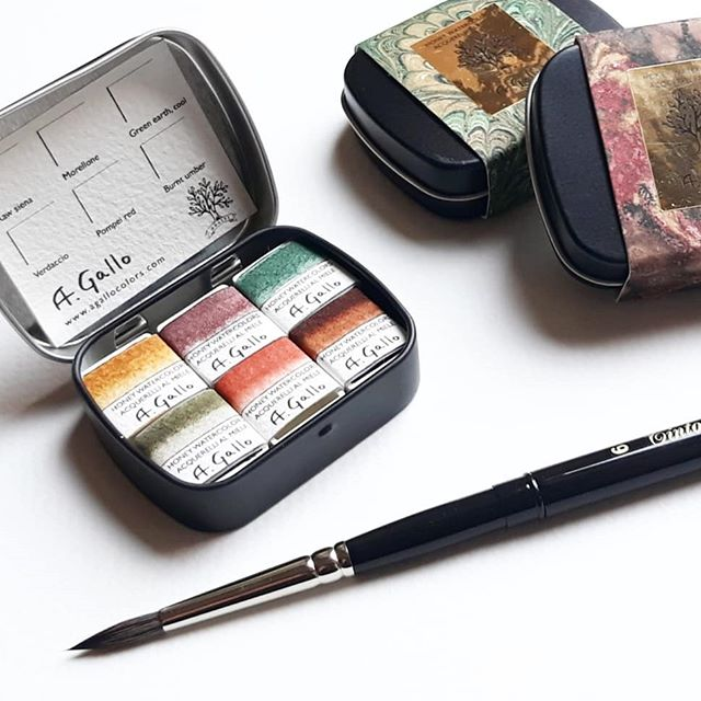 We are celebrating the launch of a special mini set of earth pigments with a #giveaway at @agallocolors! In gratitude for all the enthusiastic support we are receiving we want to giveaway one of these new #handmade #watercolor sets and a size 6 tintoretto brush! This giveaway is open to everyone, including our international friends. / TO ENTER GO TO @agallocolors and click on this same photo. / / Contest ends one week from today (Tuesday June 12th) and the randomly chosen winner will be announced shortly after. Good luck e grazie! ❤/ / This pocket set of historical earth #pigments includes a classic raw sienna, Pompei red and burnt umber from Cyprus. I am particularly excited about verdaccio, made according to an old Cennino Cennini recipe of green umber and black iron oxide, and morellone, a powerful, opaque iron oxide pigment that tends towards deep purple. / / Packaged in a mini metal tin for mixing and original marbled paper by @giulio_giannini_e_figlio. Each pan has a magnet on the bottom to hold paints in place as you travel! This set is also now available in our shop- link in bio at @agallocolors