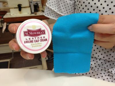 準備好皮革油及乾淨軟布