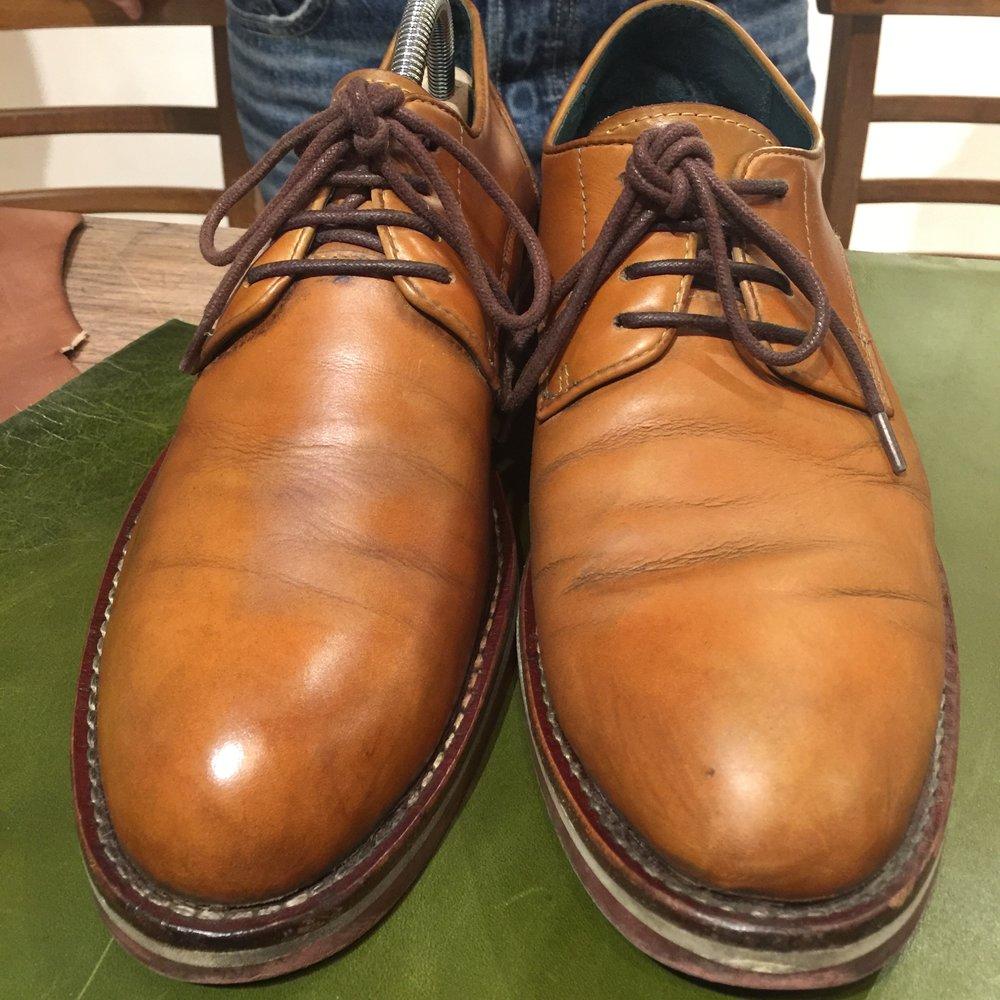 左邊是清潔後的皮面,折痕的髒污清除後皮面呈現乾淨的光澤。右邊是早上剛保養的皮鞋,折痕髒污未清除下保養效果大打折扣。
