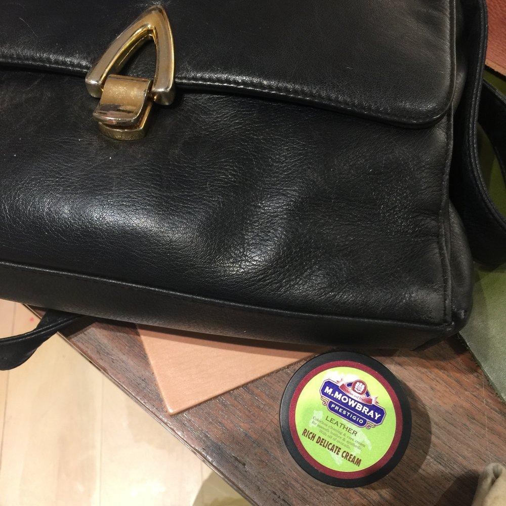 右邊塗上高滋潤的酪梨油保養油,皮面像是活了起來。左邊皮面些微的掉色,是皮革乾燥的警訊。