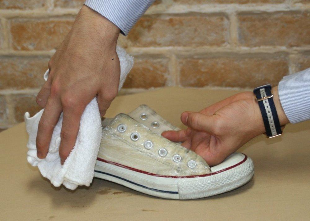 再次使用濕抺布把布鞋全面擦乾淨