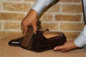 用馬刷將鞋面的灰塵掃落