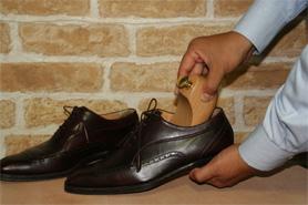 3.放入鞋撐預防鞋子變型
