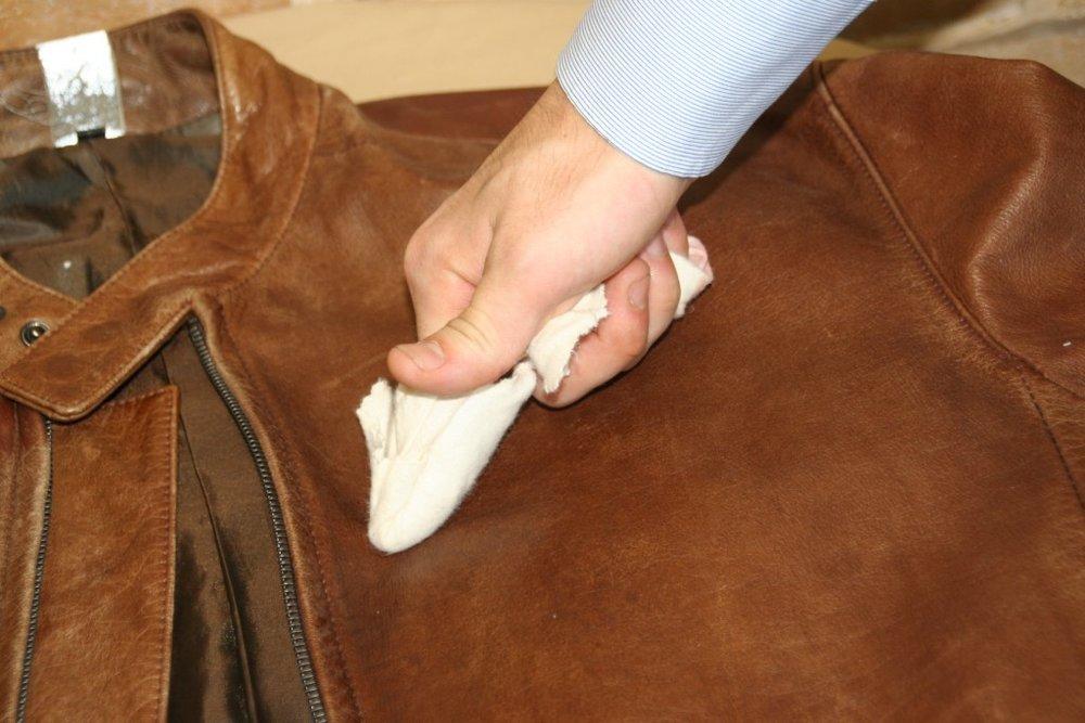 較厚重的牛革可使用皮革布沾適量的天然基礎皮革乳液擦拭整個皮衣。不僅可提皮革滋潤、營養,表面也會散發自然光澤。