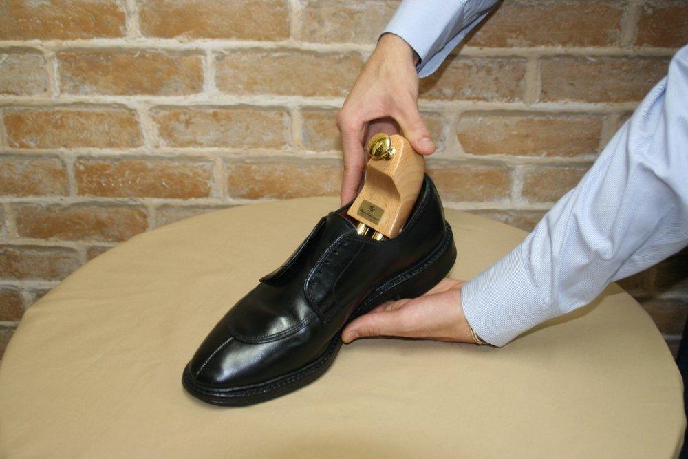 鞋撐塞入皮鞋內