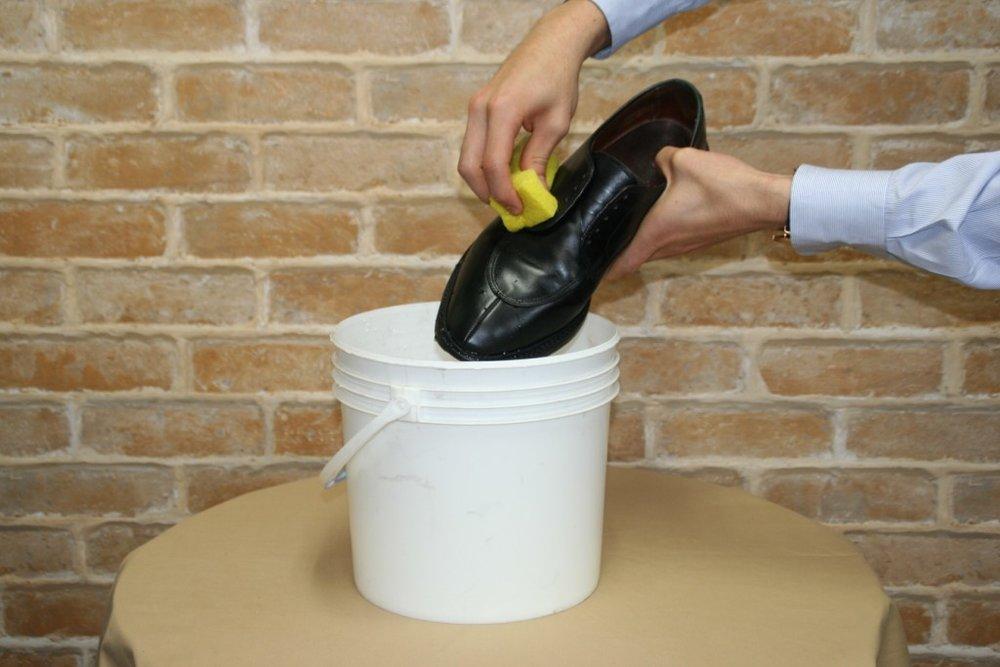 吸水海棉將鞋面徹底淋濕
