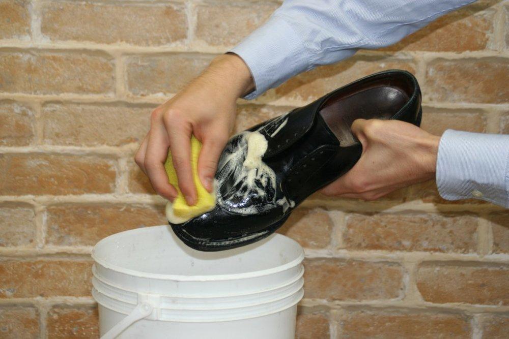 將泡沫塗滿整個鞋面