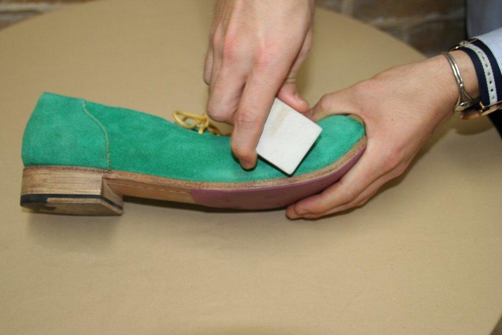 局部髒污可使用 麂皮橡皮擦 或 麂皮雙面橡膠刷 的硬橡膠面來清除