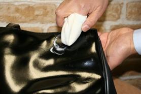 沾適量的漆皮清潔塗抺皮面至吸收即可
